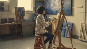 Artise peintre au travail dans son atelier pour une galerie en ligne