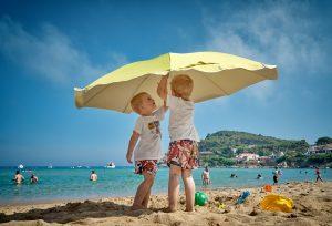 avion plage et enfants heureux